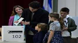 Trudeau votes with wife and children in Montreal